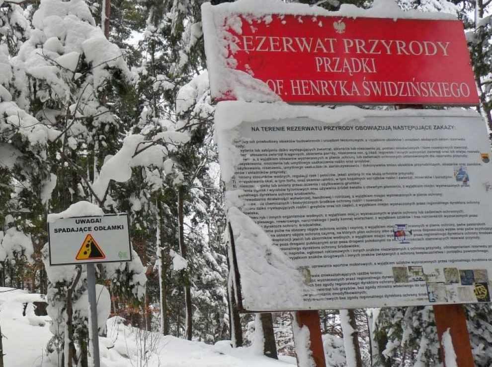tablice ostrzegawcze przy rezerwacie przyrody.
