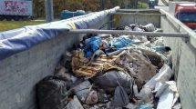 Transport odpadów skierowany na parking