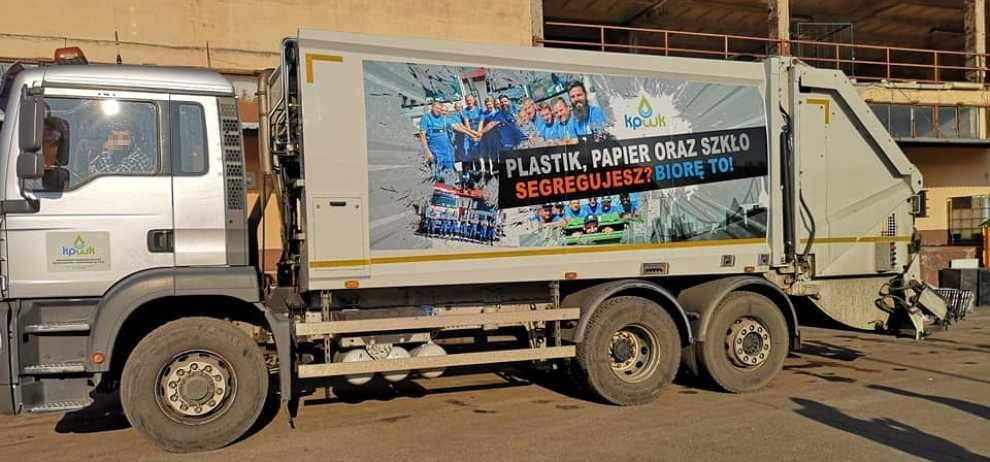 Proekologiczne hasła na śmieciarkach