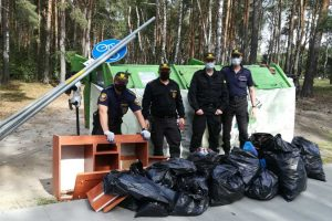 strażnicy miejscy posprzątali śmieci